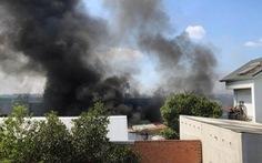 Gần 50 chiến sĩ PCCC khống chế đám cháy xưởng mút xốp giữa trưa