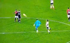 Thủ môn bị... 'thẻ đỏ kỳ lạ' khi đá bóng trúng mặt trọng tài