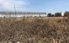 'Núi' cỏ khô ngay cạnh khu dân cư, phường nói cho dẹp ngay