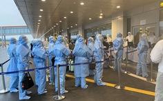 Tiếp viên mặc bảo hộ thế nào để tránh dịch trên chuyến bay từ châu Âu về VN?