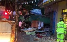 Tránh xe container, tài xế xe rơmooc mất lái tông thủng nhà dân