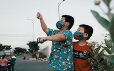 Trẻ em thời COVID-19: đeo khẩu trang chơi thả diều