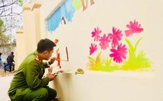 Nghỉ học phòng dịch, bạn trẻ làm tường bích họa, khu vui chơi từ lốp xe