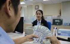 Tỉ giá trung tâm tăng, giá USD ngân hàng vẫn thụt lùi