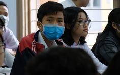 Sinh viên nhận khẩu trang, dung dịch sát khuẩn ngày đầu đi học lại