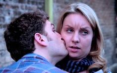 'Chuyện nghiêm túc: Xin đừng hôn má giữa mùa dịch corona'
