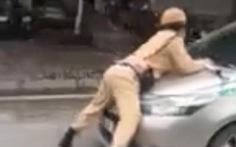 Tạm giữ hình sự tài xế taxi hất cảnh sát giao thông lên nắp capô