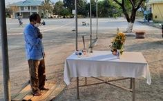 Người đàn ông lập bàn thờ, chịu tang cha ở khu cách ly