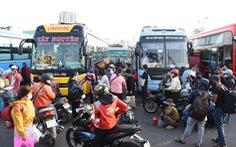Người dân đổ về các bến xe trước giờ TP.HCM hạn chế đi lại