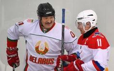 Kêu gọi dân 'không cần sợ' COVID-19, Tổng thống Belarus ra sân thi đấu khúc côn cầu