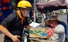 Người Sài Gòn thưa bà con bán vé số dạo: 'Dạ, đây là quà gởi cô, gởi dì...'