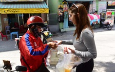 Người giao đồ ăn và người nhận phải giữ khoảng cách ít nhất 2 mét