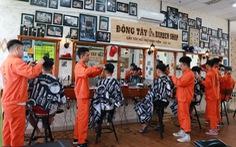 Tiệm cắt tóc giá 2.000 đồng của những anh thợ áo cam
