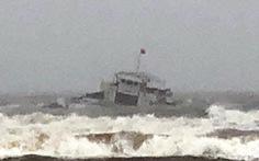 Tàu 3.000 tấn nghiêng, 8 thuyền viên bơi vào bờ trong sóng lớn