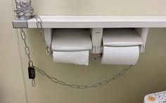 Nhật Bản: xích cuộn giấy vệ sinh để ngăn mất cắp