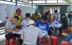 Lập tổ viết tờ khai y tế và đo thân nhiệt tại các bến đò giáp Campuchia