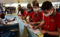 Xếp hàng chờ khai, nộp thông tin khai báo y tế ở sân bay Tân Sơn Nhất