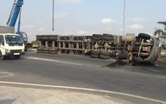 Lại lật xe container tại khúc cua cầu Phú Hữu