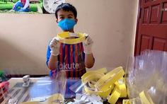 Bé 9 tuổi cùng gia đình làm 2.700 tấm che mặt phòng chống COVID-19