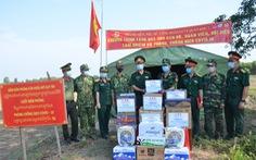 Quân khu 7 tặng quà chiến sĩ  chống dịch COVID-19 tuyến biên giới Campuchia