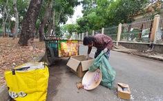 Người nghèo vất vả mưu sinh, ve chai và rác cũng ít