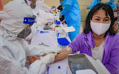 Xét nghiệm nhanh COVID-19 cho hàng trăm tiểu thương chợ đầu mối Hà Nội