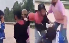 Nhóm nữ sinh lên gối, cầm mũ bảo hiểm đánh bạn