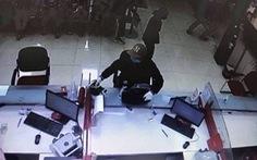 Thanh niên bịt mặt, cầm súng xông vào cướp ngân hàng