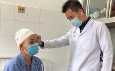 Một phụ nữ bị máy cắt rau tự chế cuốn hết da đầu