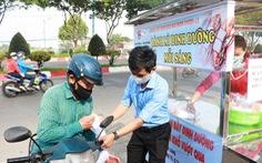 Bạn trẻ phát bánh mì miễn phí mỗi sáng để giúp người nghèo 'mỗi người một ổ, gian khổ vượt qua'