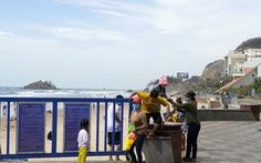 Bất chấp lệnh cấm, du khách vượt bờ kè ào xuống biển Vũng Tàu