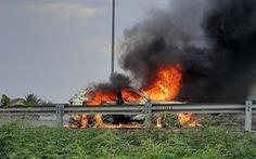 Xe 7 chỗ cháy rụi trên cao tốc TP.HCM - Trung Lương