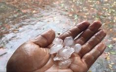 Mưa đá bất thường tại TP.HCM do mùa khô kéo dài