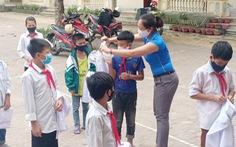 Thầy cô miền núi tặng áo trắng 'kéo' học trò nghèo đến trường mùa dịch