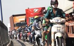 Dân khổ sở vì đường vào cảng Cát Lái kẹt cứng