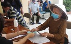 Người dân Hà Nội nhận tiền hỗ trợ ngay ngày lễ