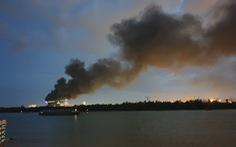 Cháy lớn ở một công ty trong Khu chế xuất Tân Thuận, cột khói đen một góc trời