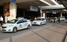 Dừng taxi, hành khách chủ động xe cộ từ sân bay Nội Bài về