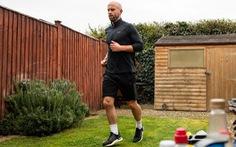 Chạy marathon quanh nhà quyên góp tiền chống dịch