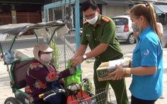 Công an xã giúp người bán vé số nghèo trong mùa dịch