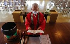 Các tôn giáo trên thế giới hành lễ ra sao để tuân thủ giãn cách xã hội thời COVID?