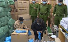 Đồ bảo hộ y tế, khẩu trang, nước sát khuẩn chất đầy một nhà ở Hà Nội