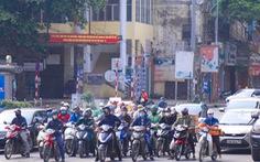 Sau 1 tuần cách ly, đường sá Hà Nội lại đông đúc