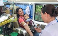 Ảnh mẹ ẵm con đi hiến máu đoạt giải nhất ảnh đẹp hiến máu