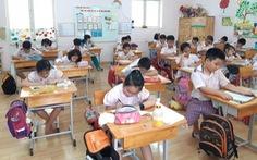 Học sinh tiểu học TP.HCM ngồi so le trong ngày trở lại trường