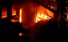 Bãi rác cháy lan, 6 căn nhà ở Biên Hòa bốc cháy trong đêm