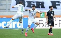 Cầu thủ vừa ăn mừng vừa 'giãn cách xã hội' trong ngày Bundesliga trở lại