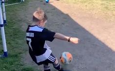 Video cậu bé làm bể kính vì sút phạt giống Ronaldo đạt gần 2 triệu lượt xem