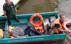 Nhảy sông Sài Gòn tìm hộ chiếu bị cướp vứt, giảng viên người Mỹ được biên phòng cứu