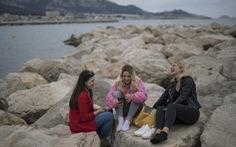 Du khách vi phạm giãn cách xã hội, Pháp lại đóng cửa các bãi biển